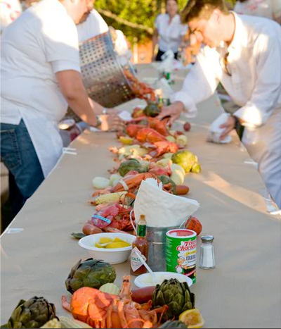 Wedding Rehearsal Dinner Decorations on Wedding Rehearsal Dinner   A Lobster Bake That Serves As Table Decor