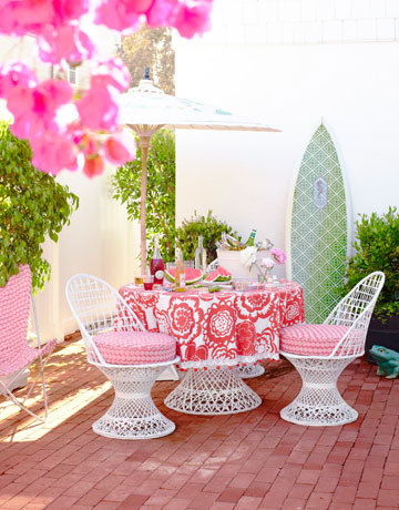 Hbx-outside-table-patio-0710-ewart-16-de-8342718