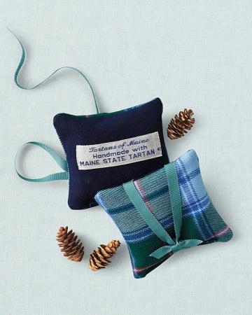 Favors-pillows-mwd107607_vert