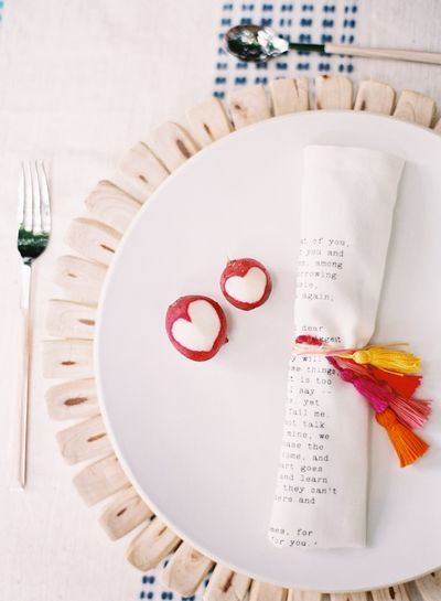 Tassel-decoration-place-setting-radish-decoration-diy-wedding-table-ideas